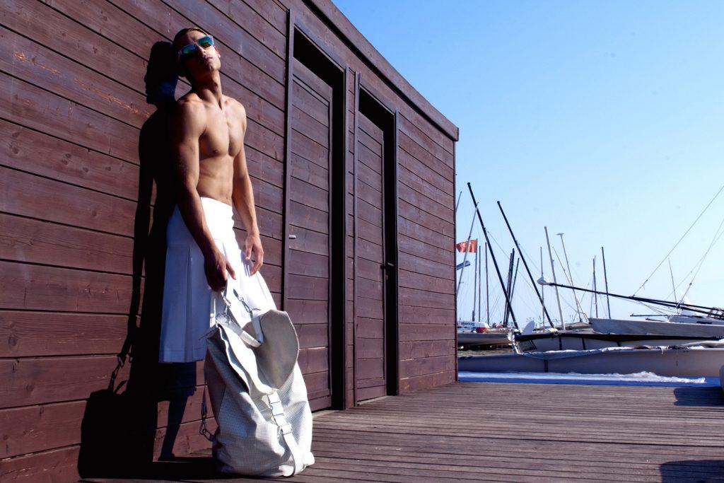 modello biondo per shooting underwear e costumi da bagno