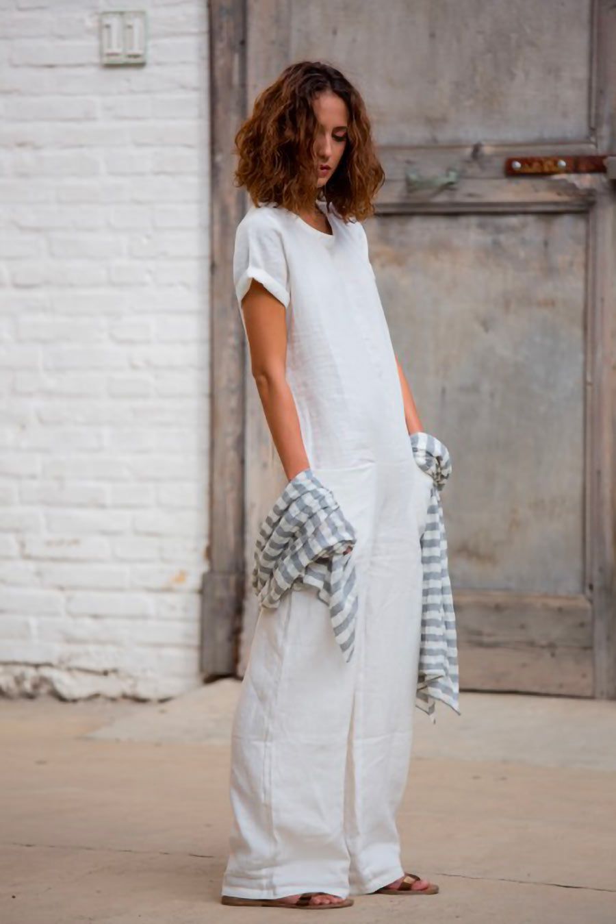 modella per servizi fotografici di gioielli, beachwear e abiti da sposa