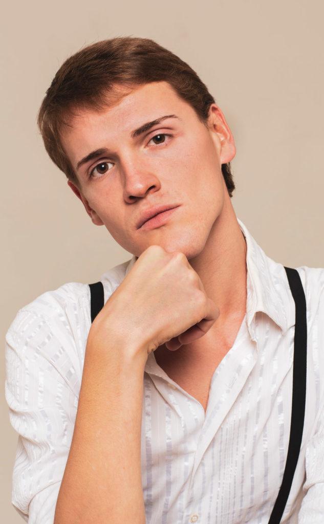 modello androgino model gender fluid uomo truccato modello dell'est Europa