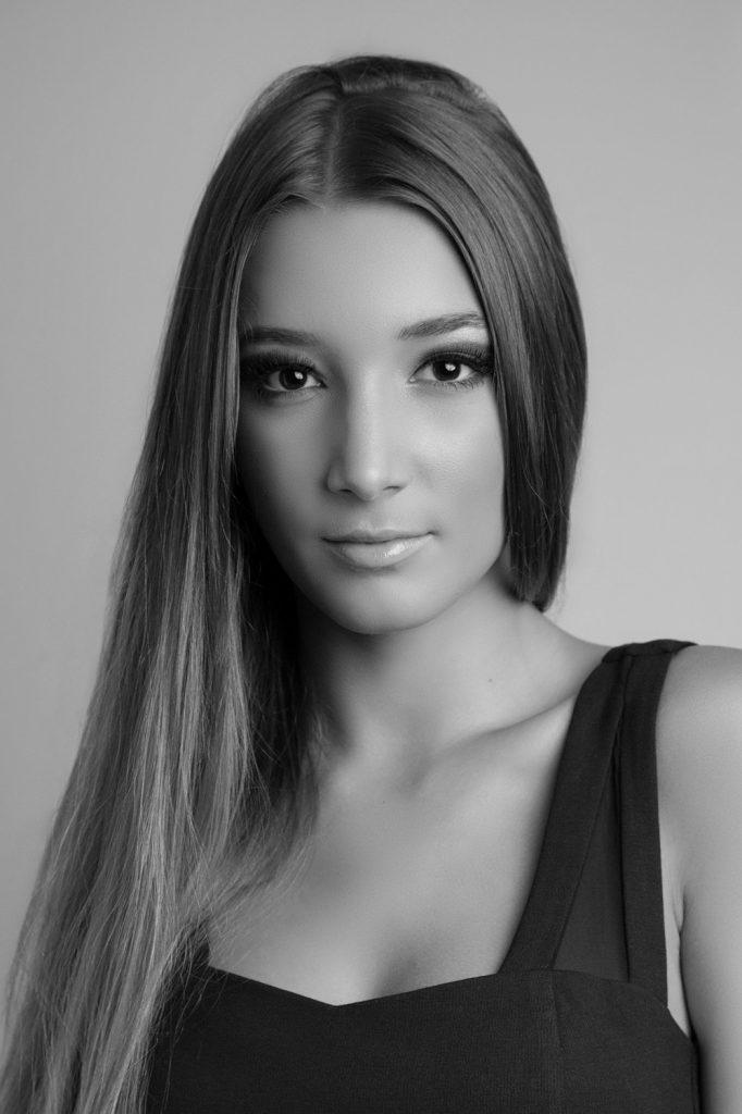 modella e attrice  Roma e Milano per shooting, sfilate, cataloghi, spot, adv, cinema.