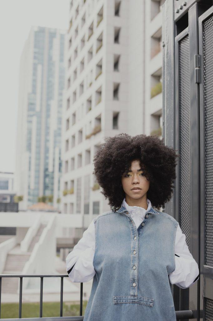 Modella mulatta capelli afro disponibile a Roma per shooting cataloghi, e-commerce. Fresh face model based in Rome available for catalogue, adv campaign